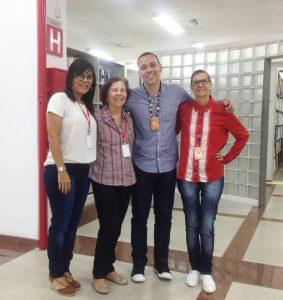 A equipe da biblioteca com Marcelo LIma, ao centro.