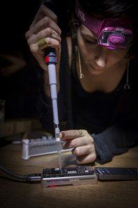Marta em atividade com o sequenciador MinION.